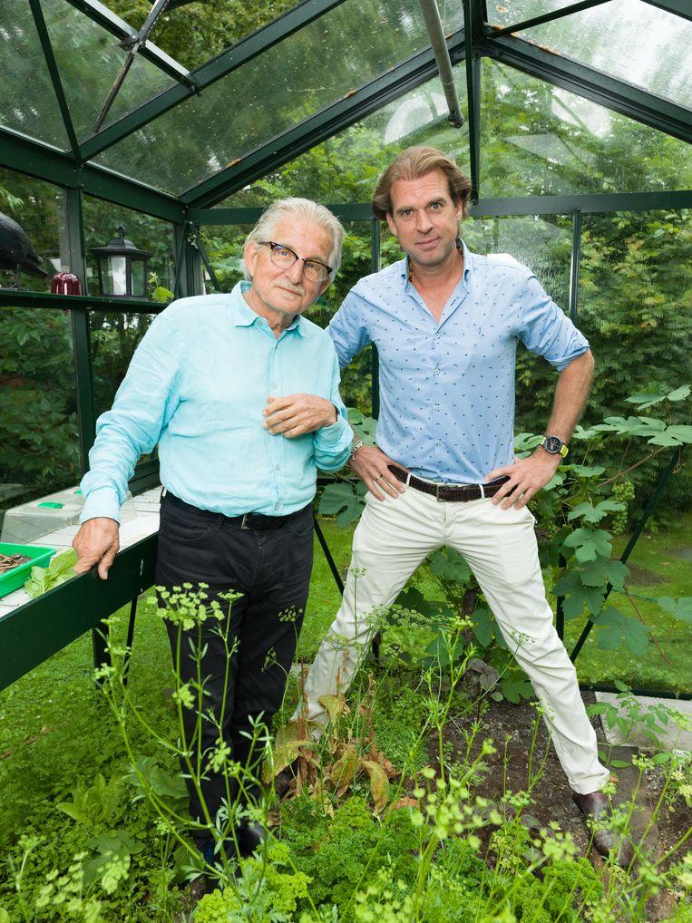 Frans Bromet en Rutger Castricum in Bromets tuin in Ilpendam.  Beeld Ivo van der Bent