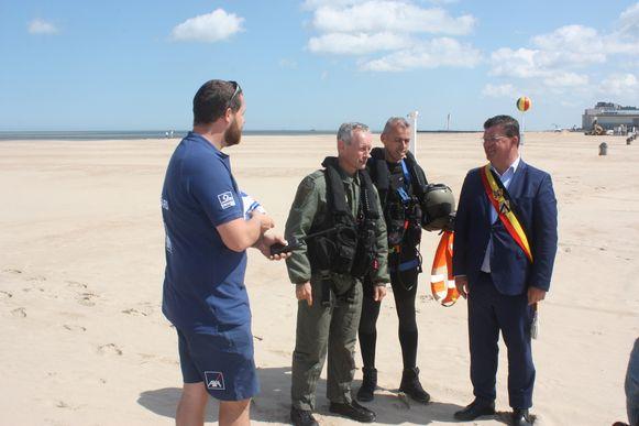 Zomerseizoen redders is geopend in Oostende met een bezoek van NH90. Burgemeester Bart Tommelein mocht de Oostendse vlag in ontvangst nemen