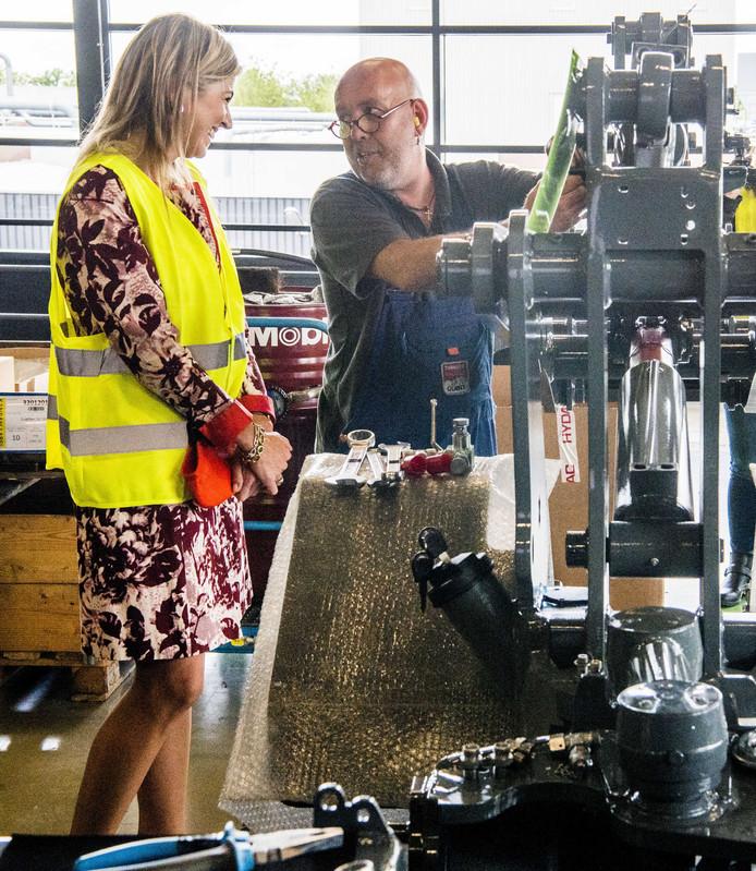 Koningin Maxima tijdens een werkbezoek aan TOBROCO Machines in Oisterwijk. De fabrikant van machines is winnaar van de Koning Willem I Prijs 2016 in de categorie midden- en kleinbedrijf.