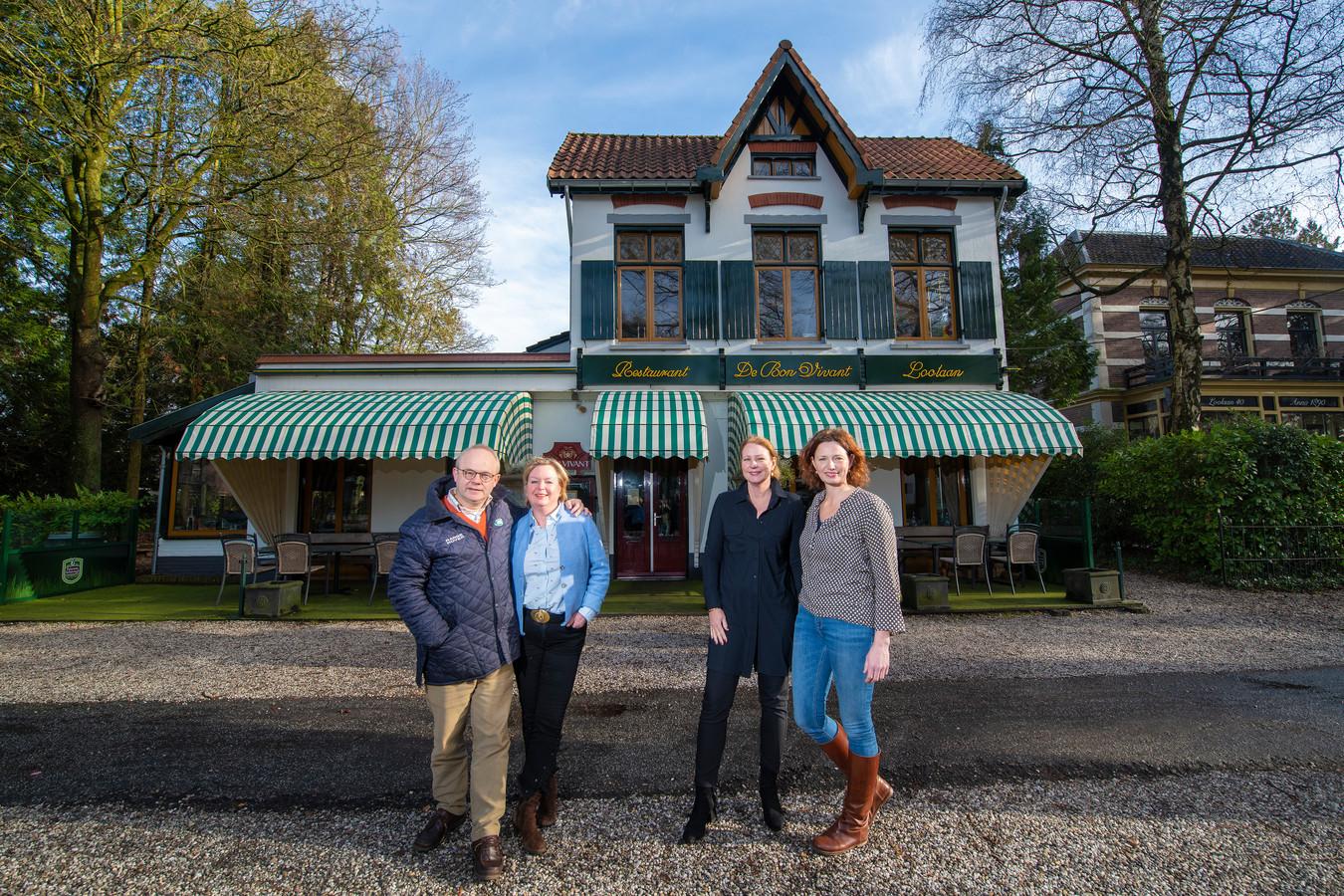Restaurant De Bon Vivant krijgt nieuwe eigenaren. Links de oude eigenaren, Hans en Yvonne Winter, rechtse de nieuwe, Janet Eilander en Astrid Westdorp.