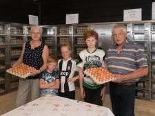 Kakelverse eieren komen bij Jan in Ermelo uit een enorme automaat