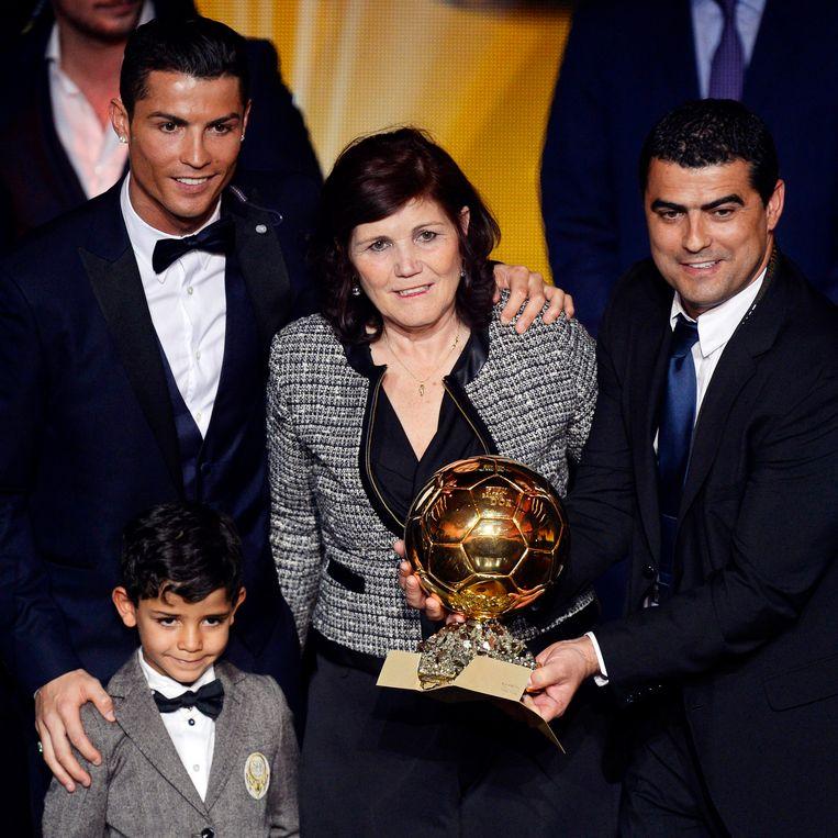 Cristiano met zijn zoontje, mama en oudere broer.