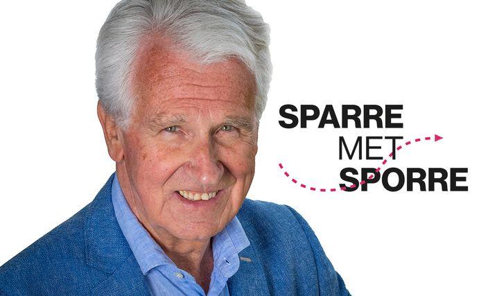 """Gaston Sporre in aflevering 3 van Sparre met Sporre: ,,Het corrigeren van de scheidsrechter vanaf de tribune, kan in bepaalde fases van de wedstrijd heilzaam zijn. Ook kan het de thuisploeg tot extra daden aanzetten in een slotfase."""""""