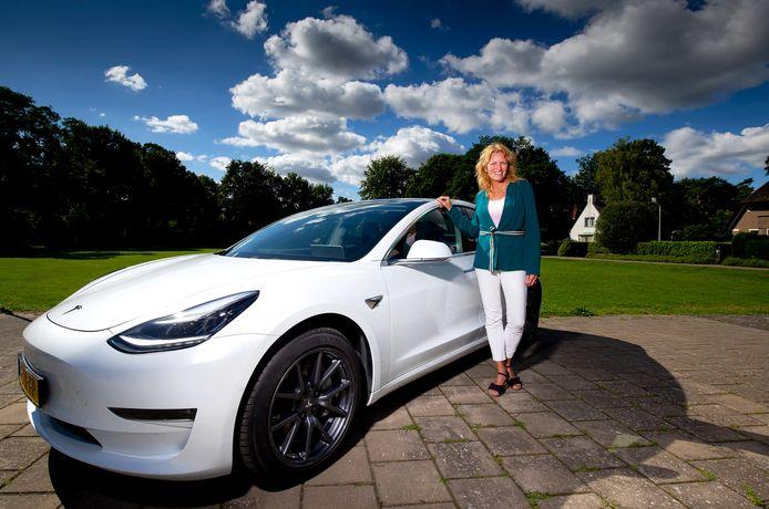 Marlies Roest en haar Tesla Model 3.