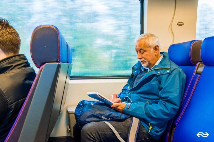 Omdat Harry Smith jongeren op hun mobieltjes zag schrijven, vond hij dat hij ook maar zoiets moest gaan doen. Hij schreef een heel boek in de trein tijdens de spitsuren.