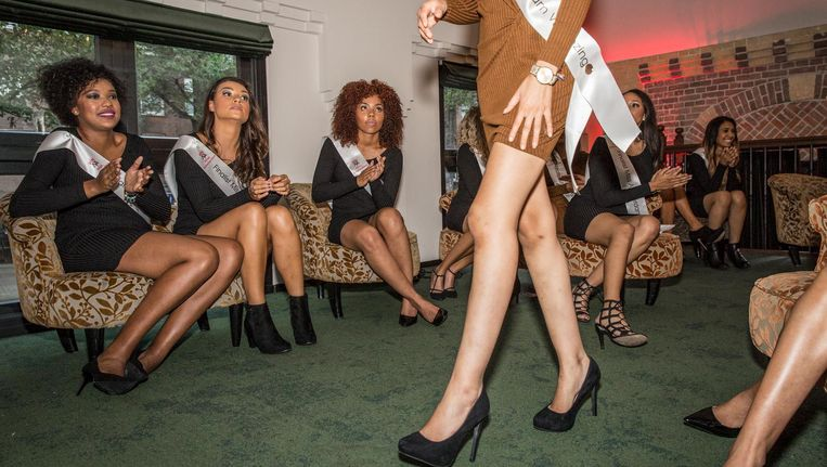 De achttien misskandidaten presenteren zichzelf in het College Hotel Beeld Dingena Mol