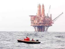 Greenpeace beklimt uit protest oude olieplatforms Shell op Noordzee