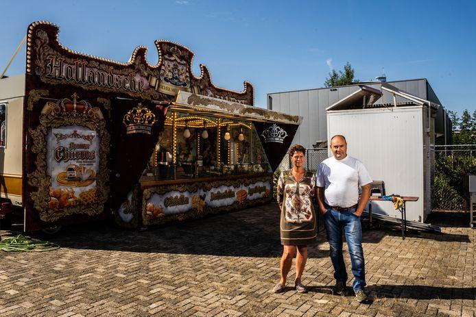 Patricia en Rochér Meurs en hun oliebollenkraam.