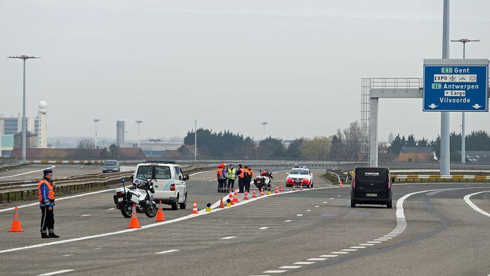 De politie zet de weg af naar de luchthaven van Zaventem na de explosies.