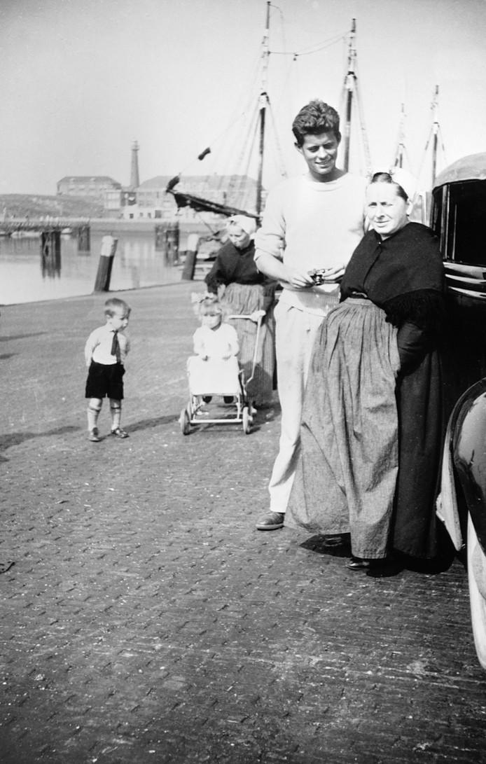 Op 25 augustus 1937 werd in de haven van Scheveningen deze foto gemaakt van  een jonge John F. Kennedy tijdens zijn  'grand tour' door Europa. Wie staan er nog meer op de foto?