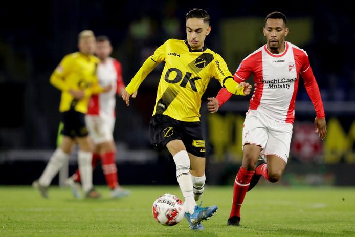 Othmane Boussaid (NAC, links) in duel met Michael Chacon van FC Emmen