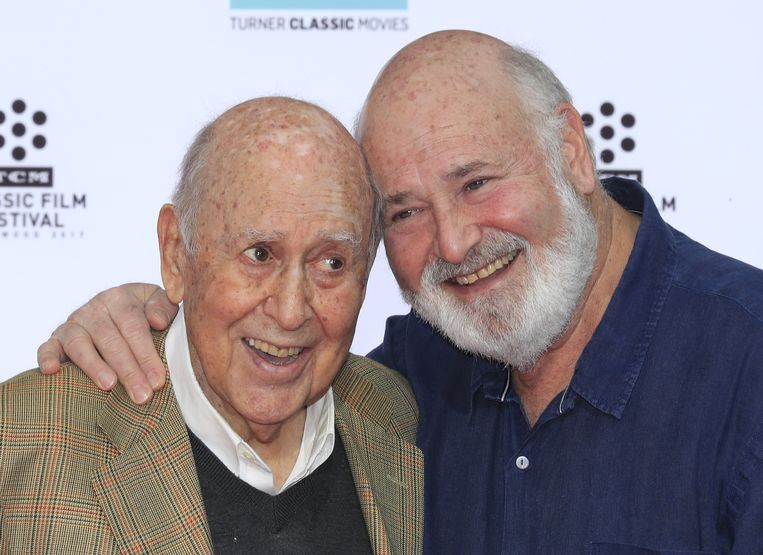 De Amerikaanse acteur, regisseur en producent Carl Reiner (l) met zijn zoon Rob Reiner. Beeld EPA