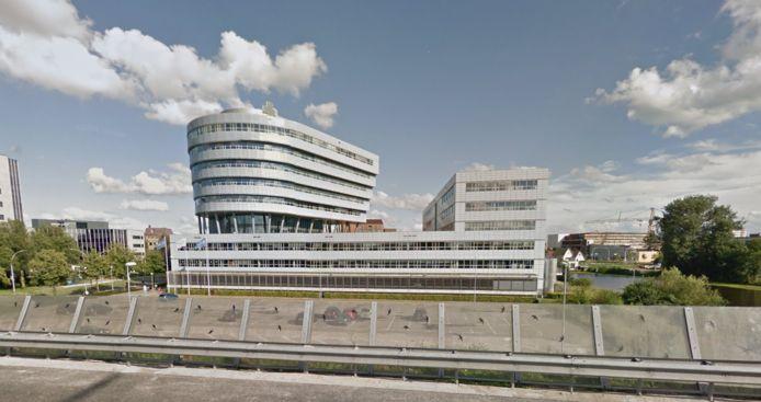 Het gebouw van Zilveren Kruis vanaf de A28 bij Zwolle gezien.