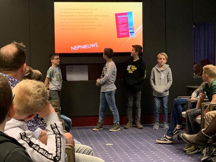 Luuk, Han, Stijn en Quinn tijdens hun presentatie bij de Deurnese kinderraad (vlnr).