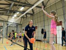 Jeugdinternational Mirte van der Sluijs laat Dordtse jeugd zien hoe leuk volleybal is