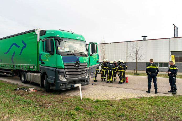 De vrachtwagenchauffeur is naar het ziekenhuis gebracht na het ongeval aan de Rederijweg in Oosterhout.