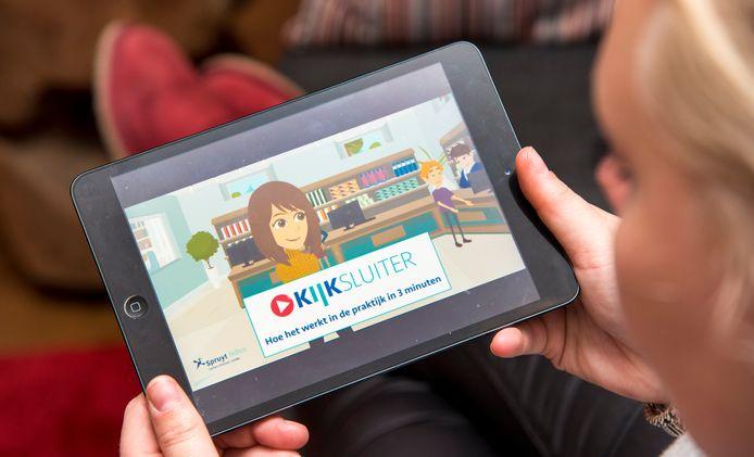 Een kijksluiter, een filmpje als bijsluiter van een medicijn, wordt bekeken op een tablet.