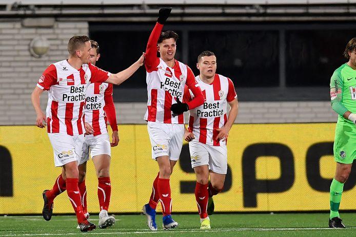 Giovanni Büttner (midden) was met zijn eerste twee doelpunten in het profvoetbal de grote man bij TOP Oss tegen FC Eindhoven.