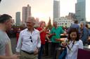 Op de laatste avond van de handelsmissie heft de delegatie de glazen op het dak van een hoog gebouw in Shanghai. Tweede van links commissaris van de Koning in Gelderland John Berends.
