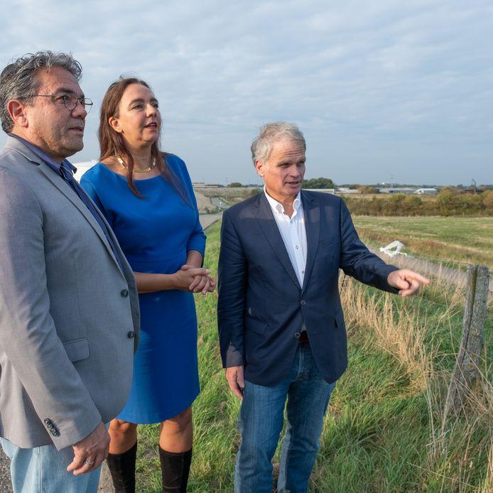 Isabelle Diks vorig jaar oktober op de locatie van de marinierskazerne, samen met het Vlissingse raadslid Jeroen Portier (links) en Statenlid Gerwi Temmink.