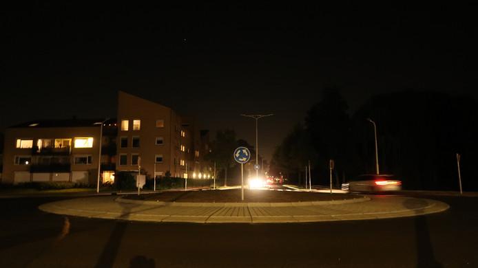 De nieuwste rotonde van Sliedrecht is al een maand in gebruik, maar 's avonds laat en 's ochtends vroeg is het pikkedonker op en rondom het verkeersplein. De lantaarnpalen werken er nog niet.