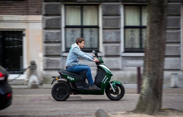 De groene deelscooters zijn inmiddels een bekend gezicht in Amsterdam. Beeld Hollandse Hoogte /  ANP