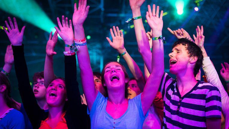 Jongeren bidden zaterdag tijdens de EO-jongerendag. Beeld null