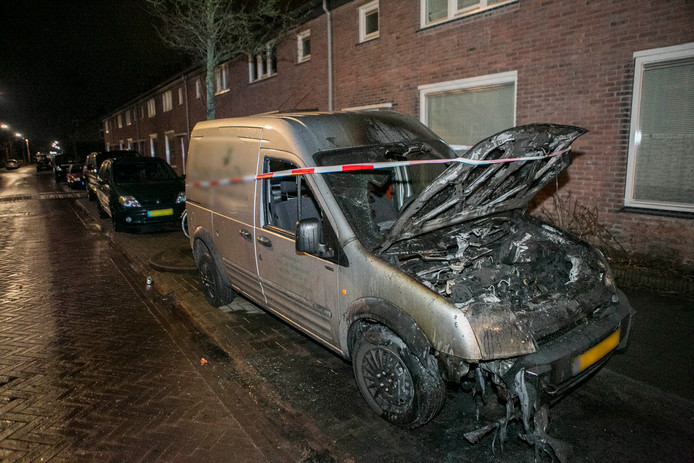 Een bestelbus vloog in brand in de Arnhemse wijk Malburgen.