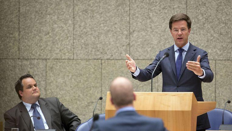 Demissionair minister Jan Kees de Jager van Financiën en demissionair premier Rutte (op de achtergrond) en PvdA-leider Samsom gisteren tijdens het debat over het bezuinigingsakkoord. Beeld ANP