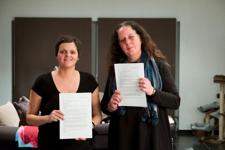 Actievoerders Peggy Seeuws en Patricia Speltincx met het bezwaarschrift tegen de komst van Viabuild.