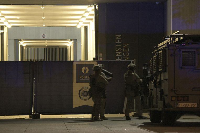 Speciale eenheden van de federale politie treden het FPC binnen.