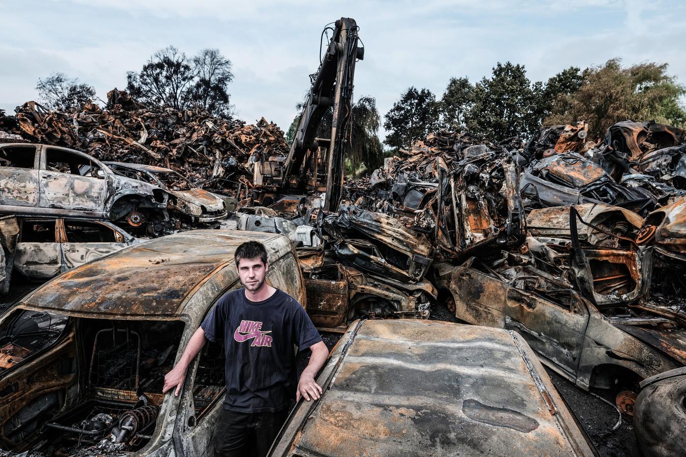 Richie Berendsen tussen de autowrakken van zijn autosloperij in Duiven die in vlammen opging.