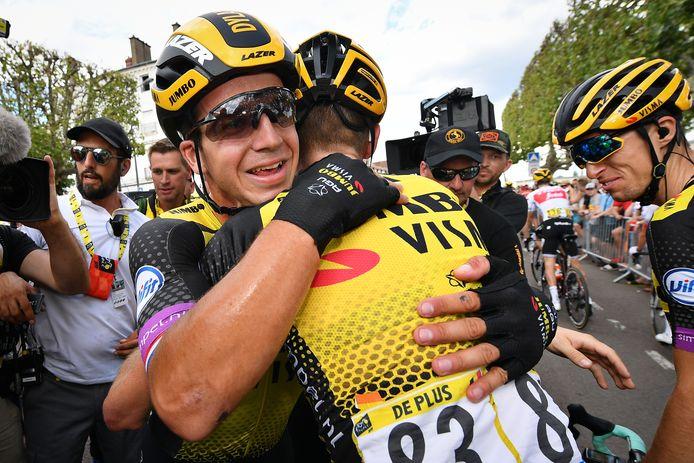 Dylan Groenewegen en Laurens De Plus vallen elkaar in de armen na een etappezege in de Tour de France.