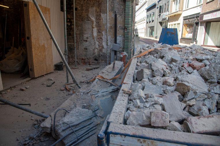 Bij een afbraak van een pand in de Florimond Leirensstraat kwam een zware steunbalk naar beneden.