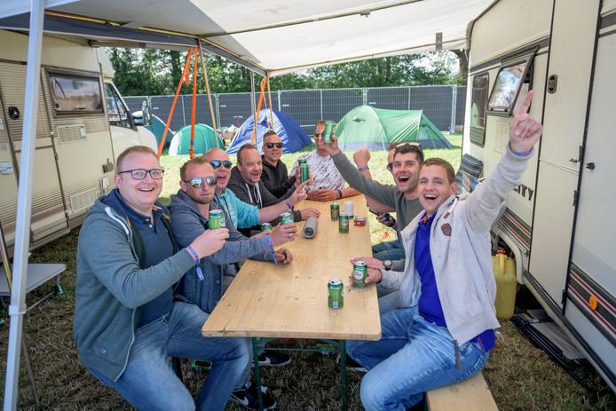 Dennis Semmekrot (rechtsvoor) met zijn vriendengroep. Ze bivakkeren het hele weekend op de caravanplekken op de Freshtival-camping.