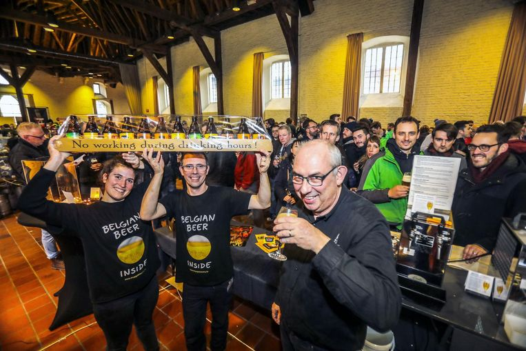 De mensen van brouwerij Bryggja promoten hun biertjes tijdens het Bierfestival .