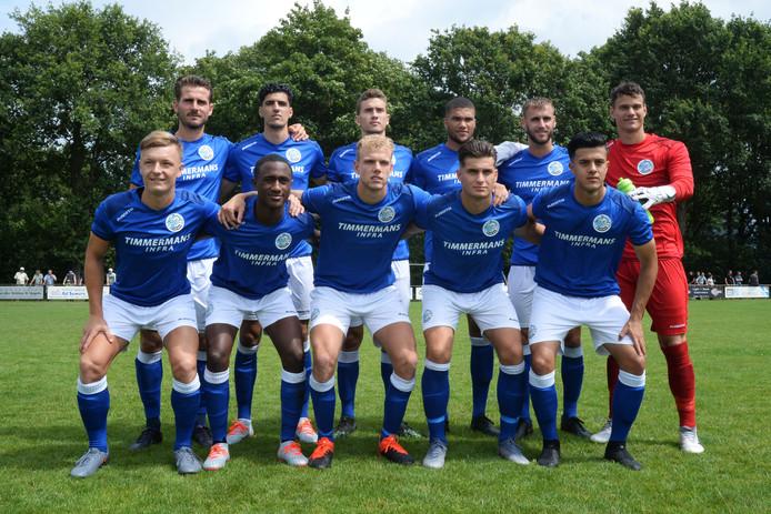 FC Den Bosch voor het duel met Vorstenbossche Boys, met Joan Rojas staand derde van links.