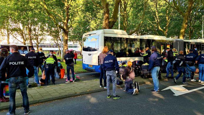 De politie is begonnen met het verplaatsen van de activisten.