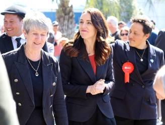 Premier Nieuw-Zeeland begint campagne bij haar ouders thuis zodat die kunnen babysitten