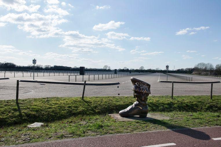 Een leeg parkeerterrein bij De Efteling. Het attractiepark opent vanaf 20 mei met een bezoekersmaximum dat ligt op eenderde van de normale capaciteit. Beeld