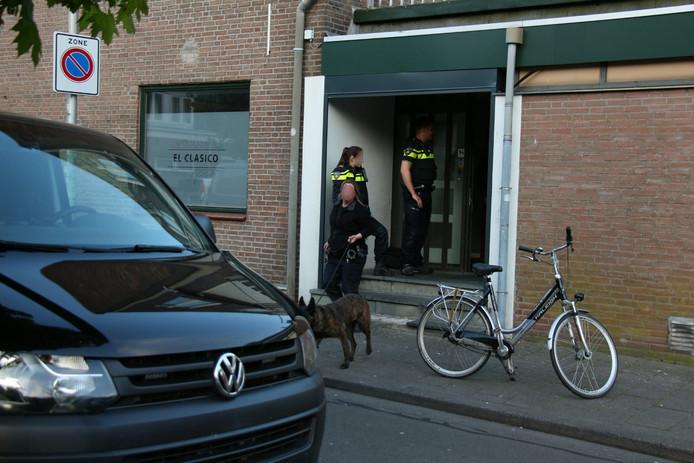 Een drugshond stond de agenten bij.