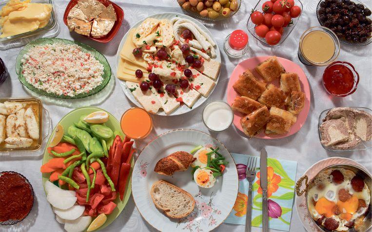 Een typisch Turks ontbijt. Beeld Hannah Whitaker