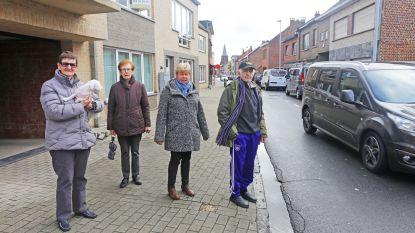 """Bewoners Daalstraat smeken om maatregelen: """"Putten op en naast rijbaan zijn niet meer te tellen en parkeren lukt al helemaal niet meer: iedereen zet zijn auto waar hij of zij wil"""""""