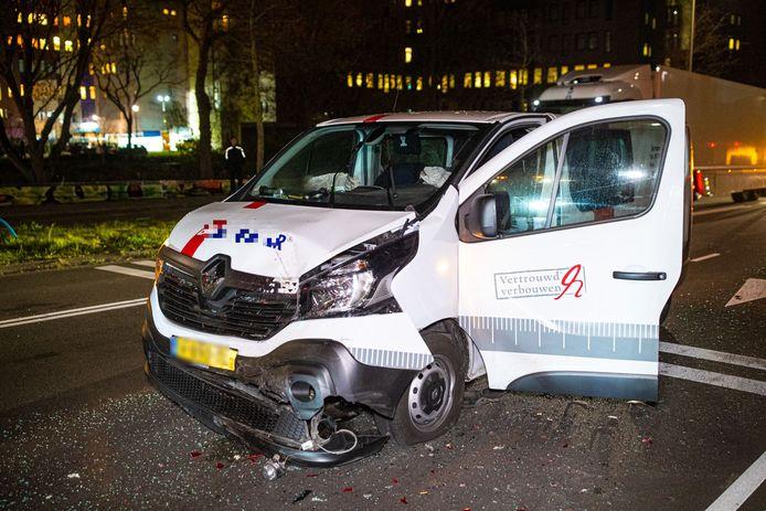 De klusbus waarin de man reed, liep na de botsing met een personen auto forse schade op.