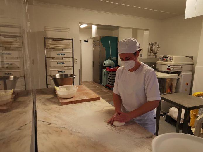 Liesbet aan het werk in haar open atelier.