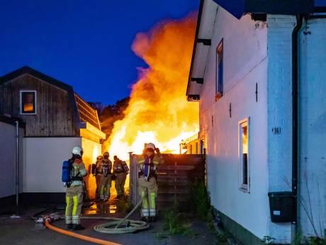 Twee gewonden bij brand in schuren en hondenkennel na ontploffingen in Baarn: politie stelt onderzoek in
