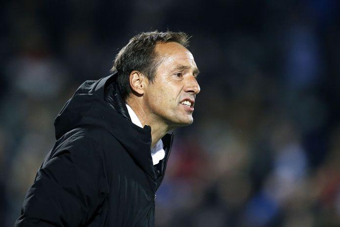 John van 't Schip schreeuwt zijn spelers toe tijdens de thuiswedstrijd tegen Willem II, eerder dit seizoen.