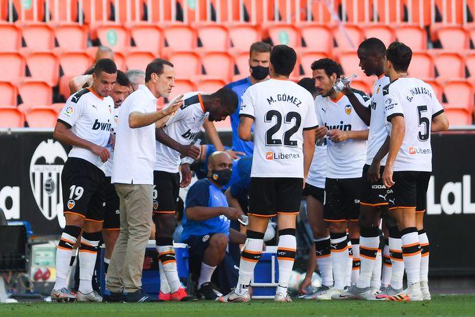 Voro geeft instructies aan zijn spelers tijdens een drinkpauze in Valencia, waar het vanavond nog bijna 30 graden was.