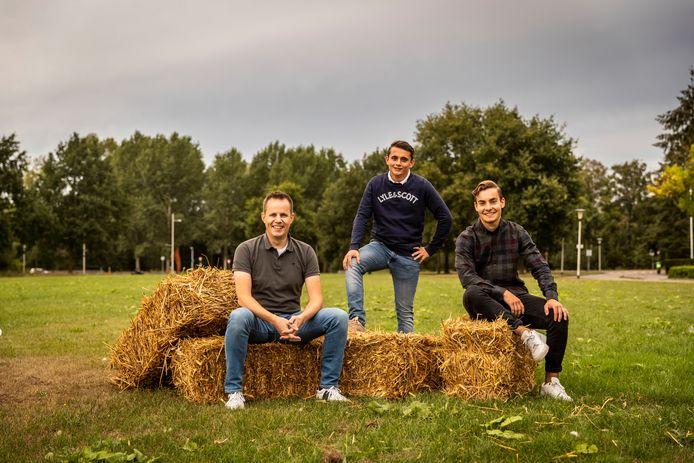De organisatoren van het wielercafé (vlnr) Maarten Bloks, Dirk Coolen en Tijn Rooijakkers op het grasveld waar ze het café in de buitenlucht zullen gaan opzetten.