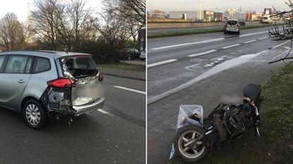 Bromfietser (32) geklemd tussen vrachtwagen en auto